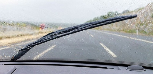 Cần gạt mưa ô tô chỉ gạt về 1 bên