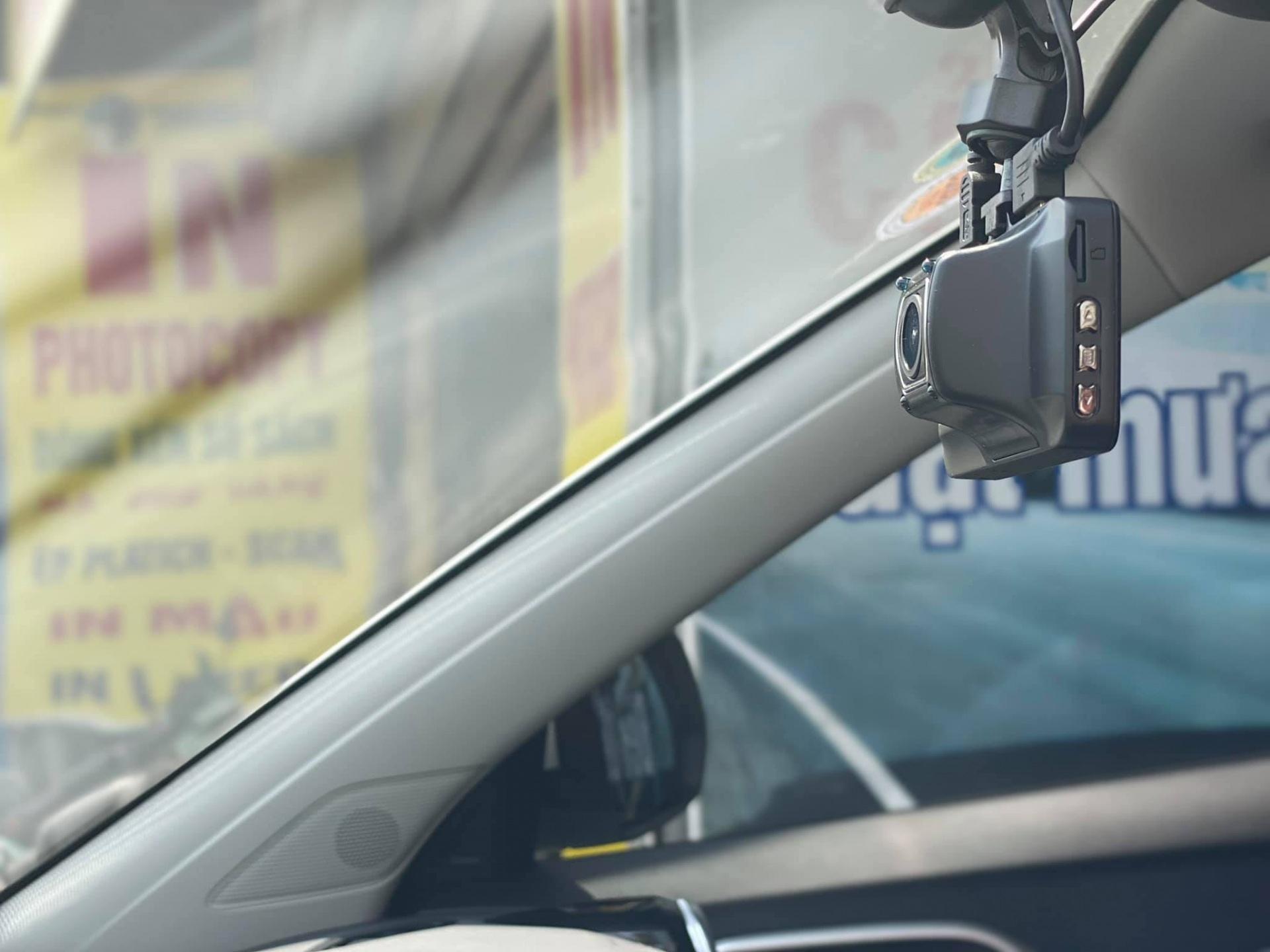 Camera sau của X650s 2 mắt vừa có chứng năng ghi hình song song với Camera trước, vừa có chức năng làm camera lùi, có thể đấu trong và ngoài xe, chống nước, chống bụi